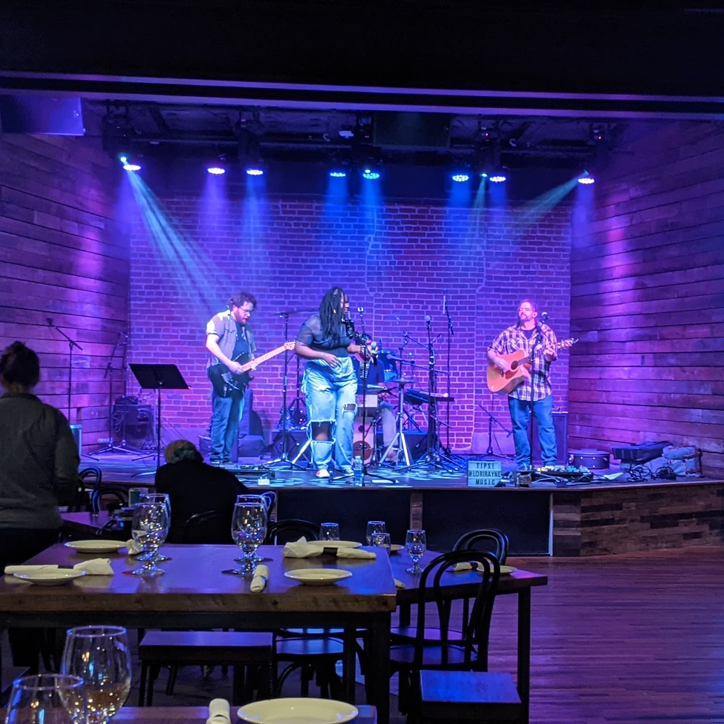 It's a weeknight so not busy, but they still do live music right here. Not overpoweringly loud with a GREAT singer @loriraynemusic and I'm digging this place. At #fennecbham
